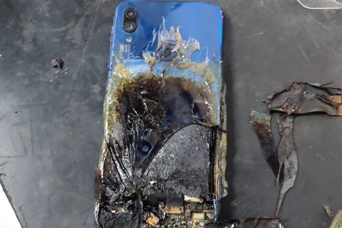Celular da Xiaomi entra em combustão e empresa da resposta inesperada