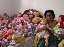 Costureira conserta bonecas do lixo e transforma Natal de crianças