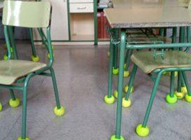 Escola põe bolas em cadeiras para aliviar de ruídos aluno autista